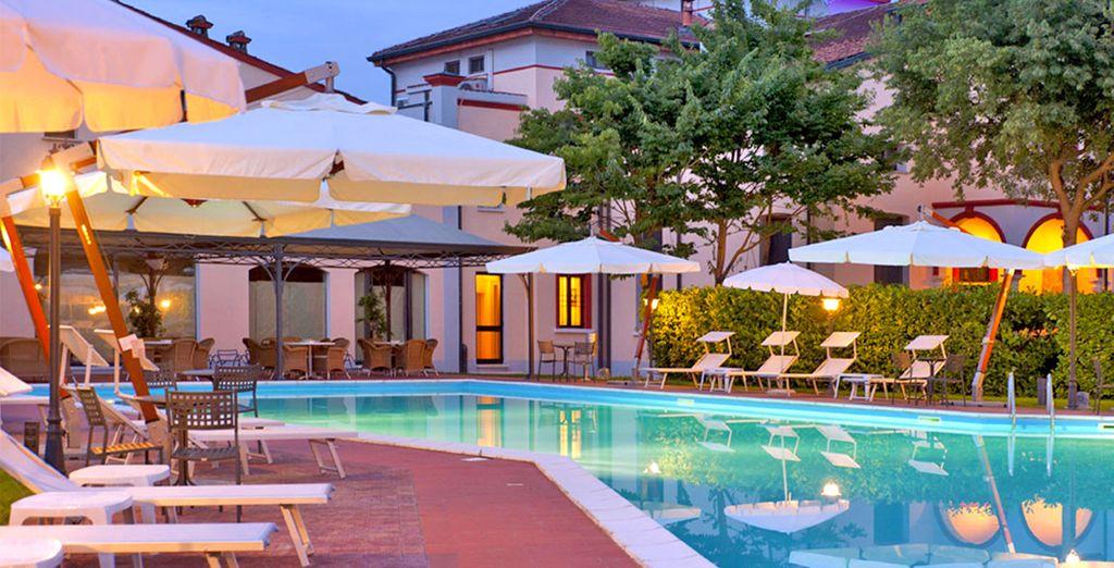 Oppure una pausa relax presso la piscina esterna
