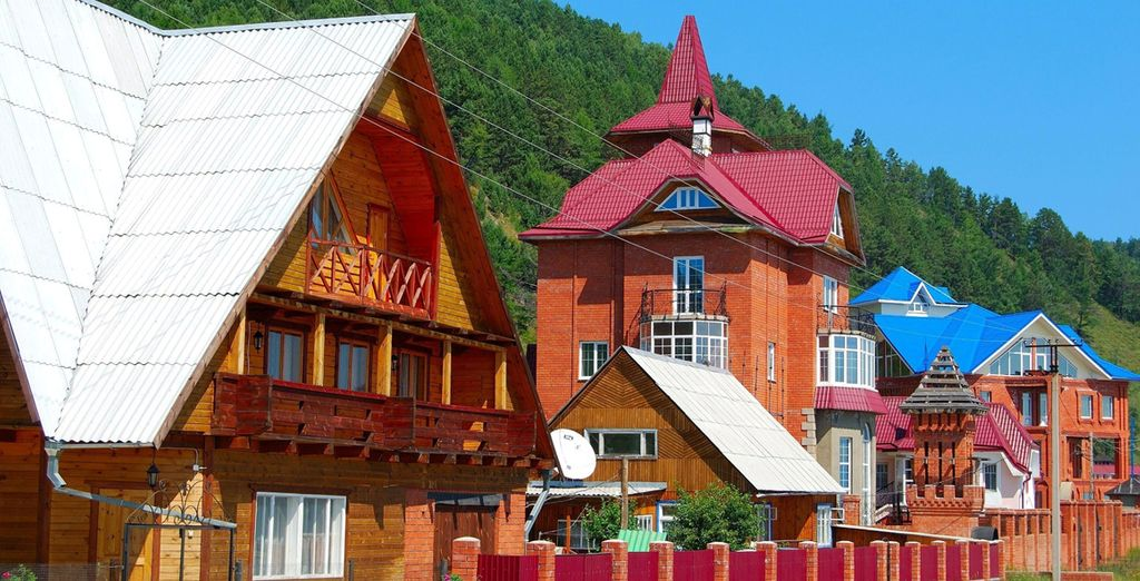 Visitate la colorata città di Listvianka, immersa nell'ombra delle famose montagne della Siberia