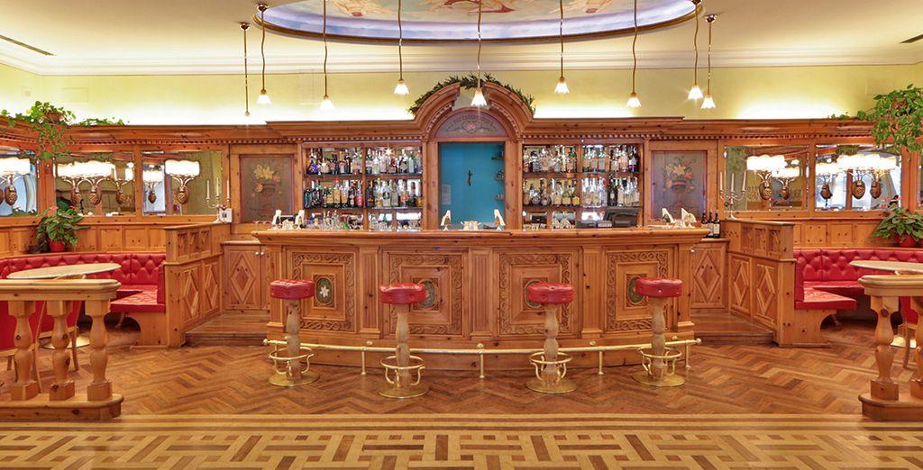 Rilassatevi sorseggiando un drink al bar