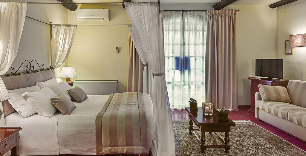 Soggiornerete in camere Deluxe arredate con tessuti d'epoca e pavimenti in cotto toscano