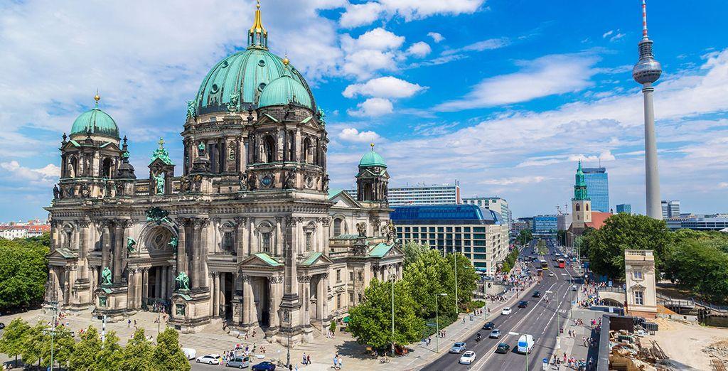 Photographie de la place piétonne et de la tour emblématique de Berlin : Alexanderplatz
