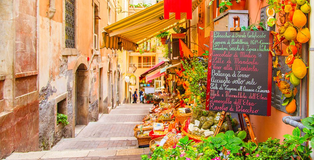 Immergetevi nella tradizione siciliana passeggiando per le strade e i caratteristici vicoli