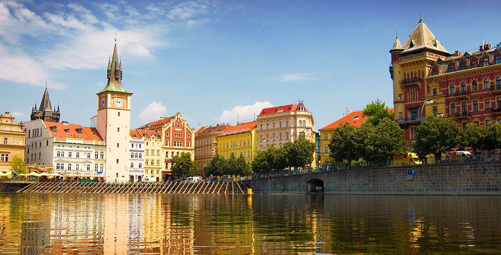 che domina le rive del fiume Moldava da secoli