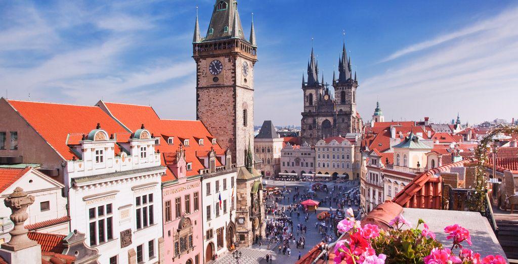 e godetevi lo spettacolo dell'orologio astronomico nella piazza principale di Praga.