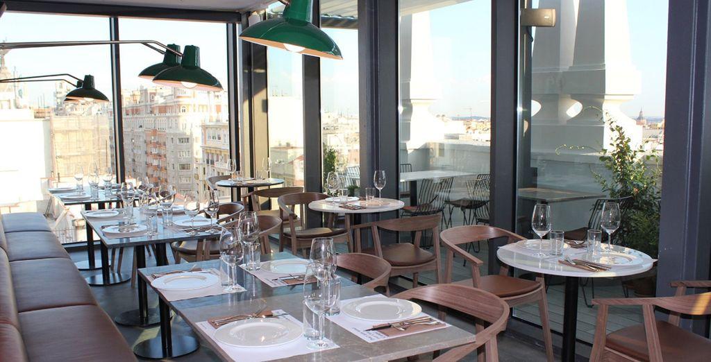 Gustatevi un piatto nel ristorante panoramico dell'hotel