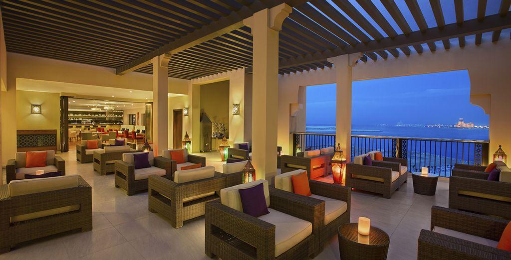 Concedetevi un drink mentre ammirate il fantastico panorama sul Golfo Persico