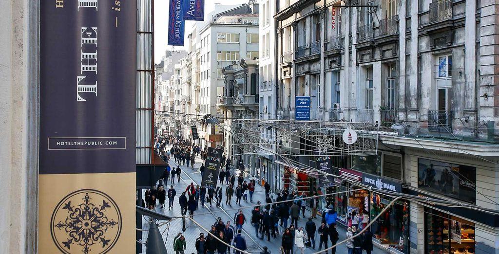 Sarete nel cuore della via Istiklal, punto di riferimento culturale della città