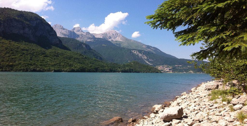 e poco distante dalle sponde dell'omonimo lago