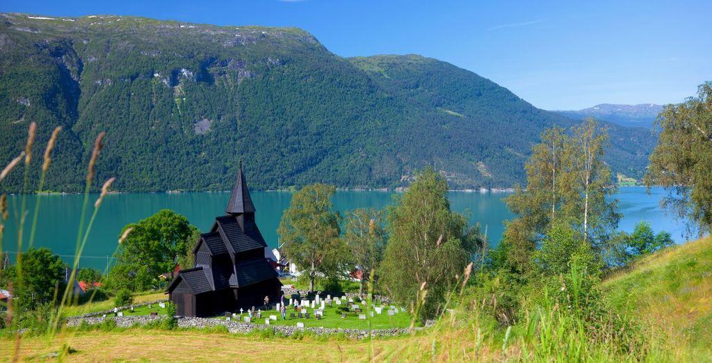 La famosa chiesa di Urnes è una chiesa in legno strutturale nel Luster, lungo il Lusterfjord