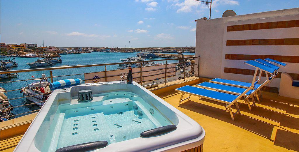 La struttura si affaccia sul porto turistico ma dista soli 150 metri dalla bellissima spiaggia della Guitgia