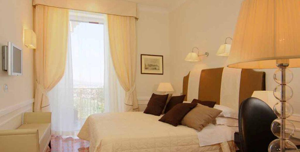 Rilassatevi nella vostra confortevole camera Matrimoniale vista mare parziale