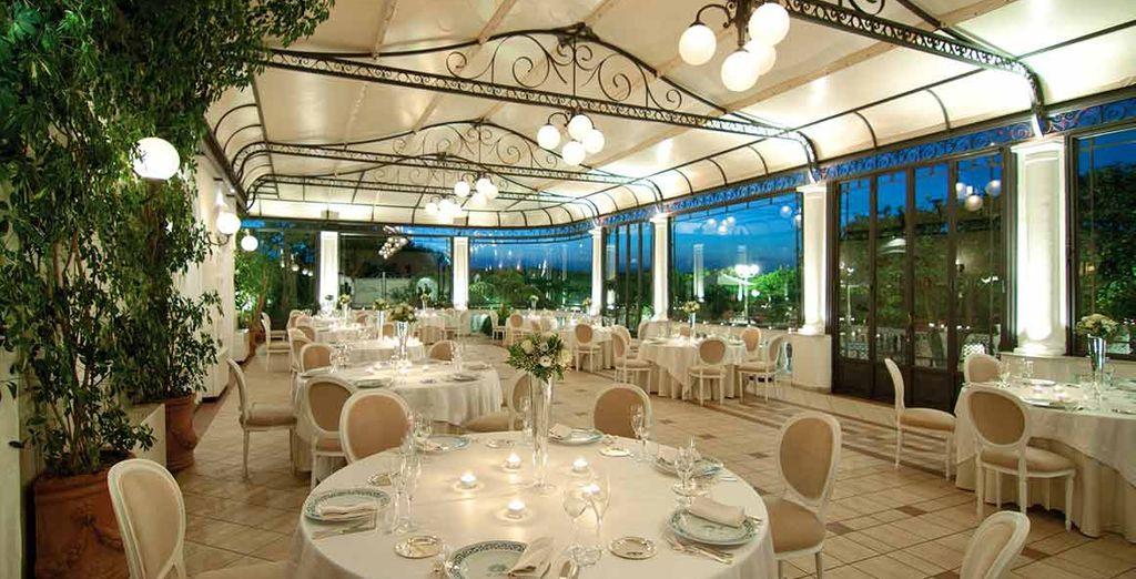e gustare piatti mediterranei nelle eleganti sale dell'albergo