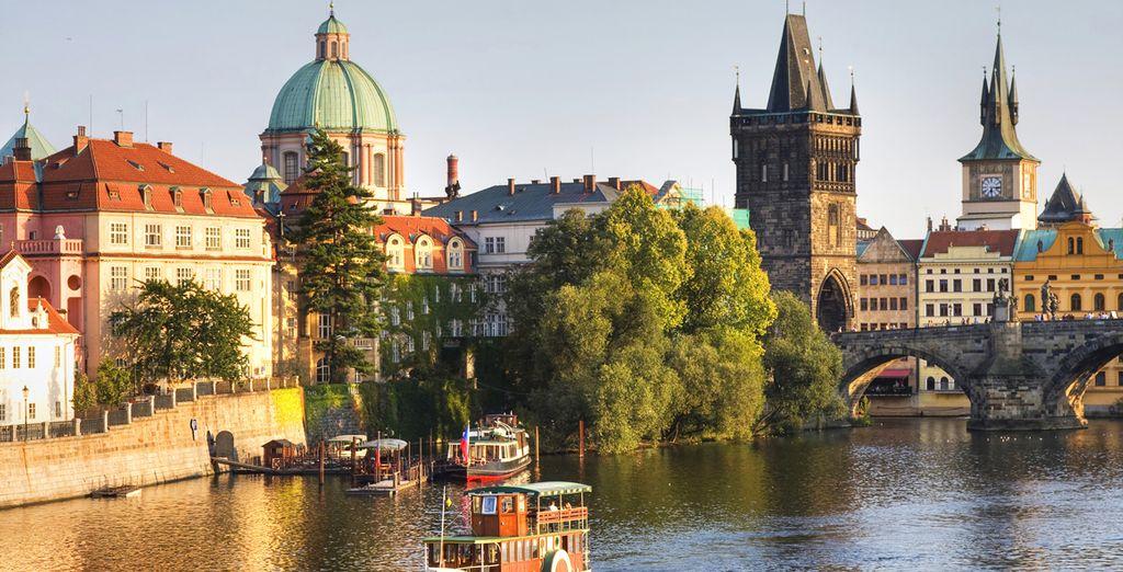 Grazie al giro in barca con ingresso al Museo del Ponte Carlo disponibile in supplemento