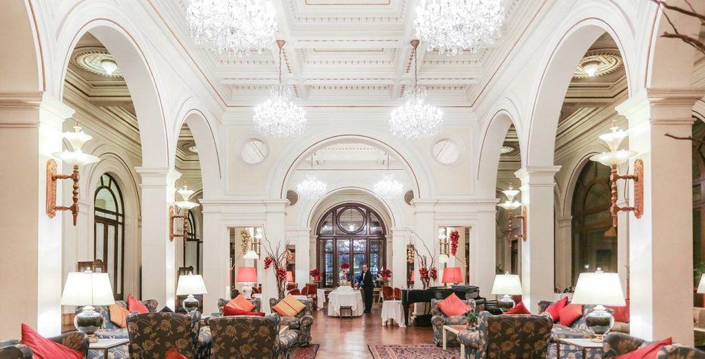 Gli ampi saloni decorati con arredi raffinati