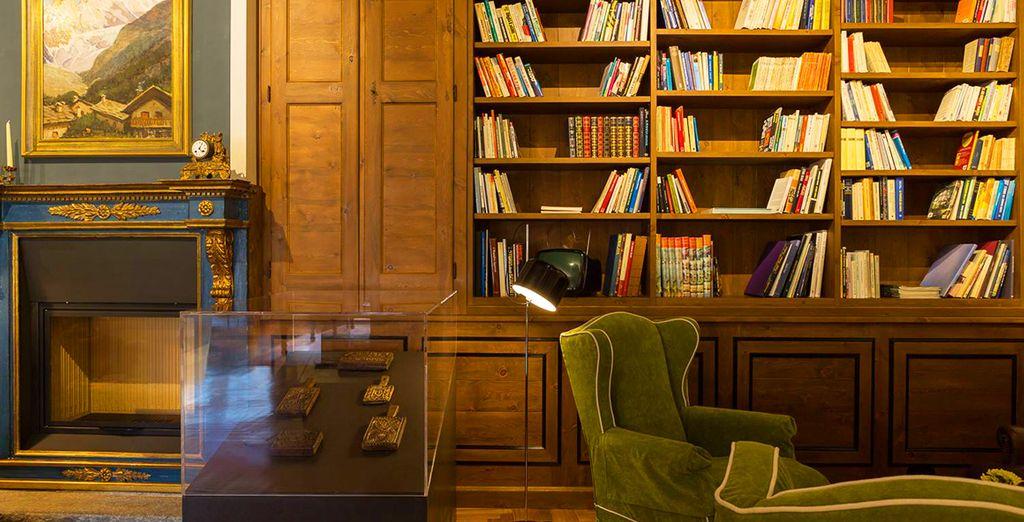 leggendo un libro o ammirando gli oggetti conservati all'interno dell'hotel