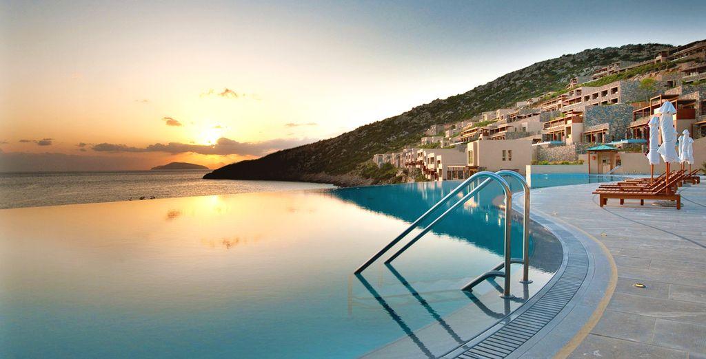 Concedetevi una nuotata rigenerante presso la piscina del Resort che vanta una vista mozzafiato