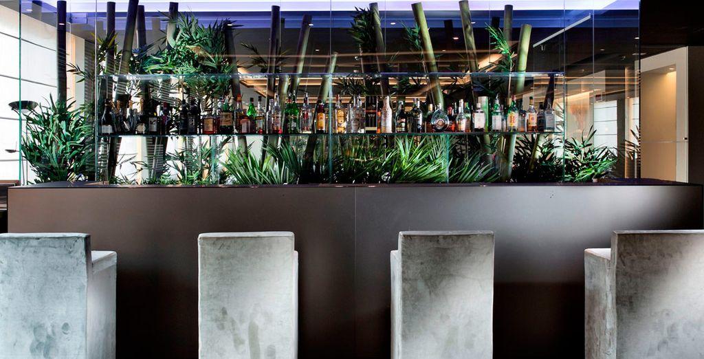 Sorseggiate un drink fresco al bar