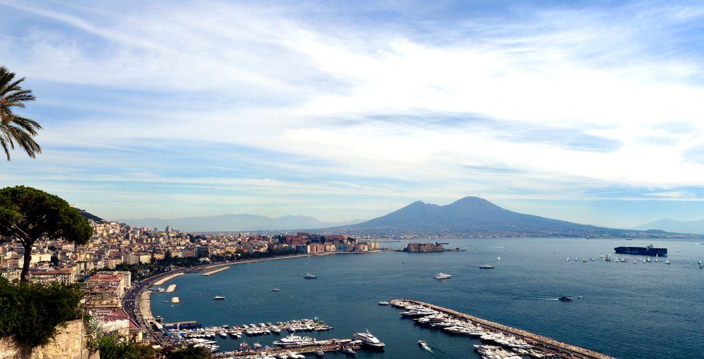 Situato proprio sopra al Golfo di Napoli in una posizione stupenda