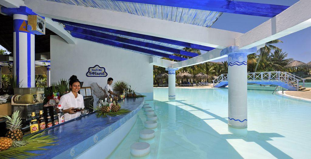 Il pool bar è perfetto per gustarsi un drink rinfrescante