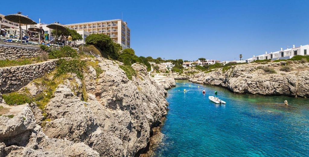 Fotografia della città di Minorca e del suo mare