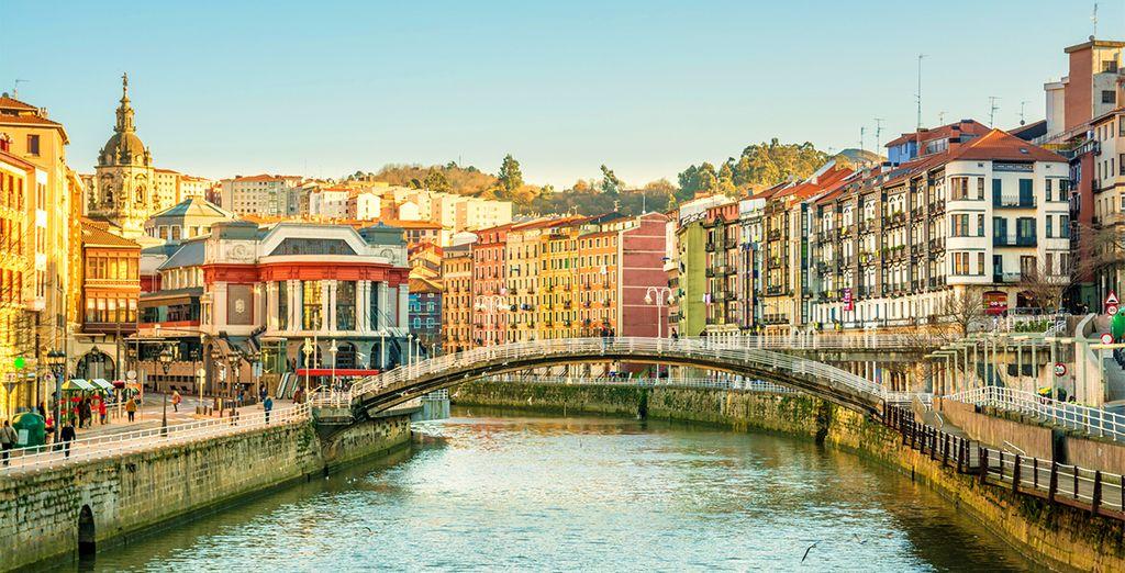 Fotografia della colorata città di Bilbao in Spagna e dei suoi canali