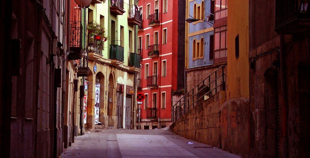 Vicolo pittoresco della città di Bilbao e delle sue case colorate