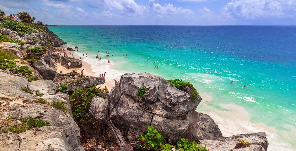Spiaggia paradisiaca in Messico, acque turchesi e coste rocciose