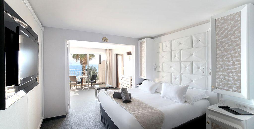 Hotel di lusso con confortevole camera doppia e terrazza privata con vista sul Mar Mediterraneo