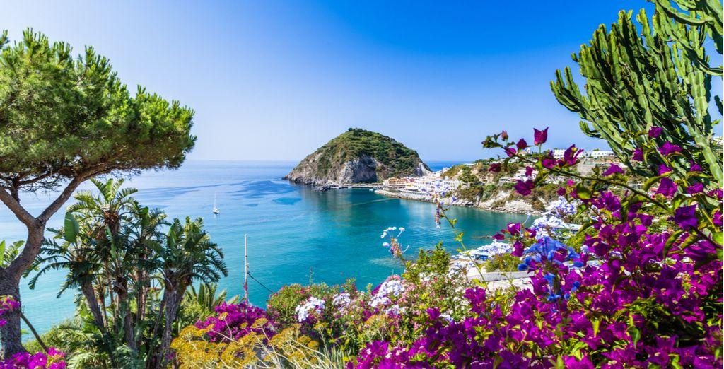 Fotografia di Amalfi, le sue coste rocciose e la sua vista panoramica sul Mar Mediterraneo