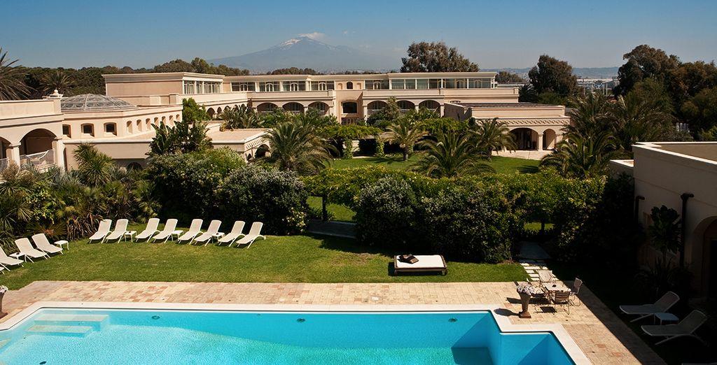 Hotel di alta gamma con piscina e zona relax a Catania