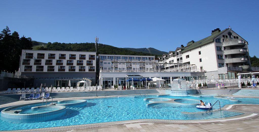 Fate un bagno rigenerante nell'ampia piscina esterna