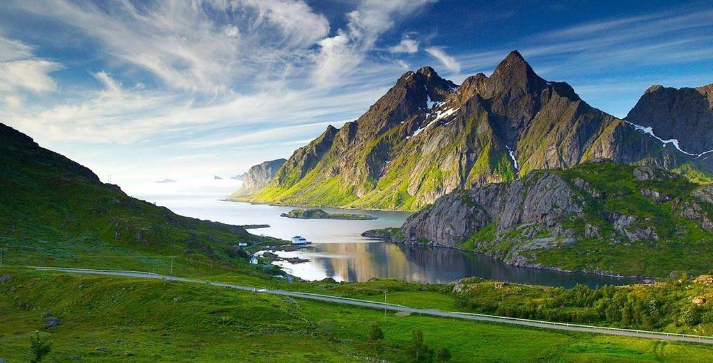 Fotografia di fiordi in Norvegia, montagne scoscese e pianure verdi