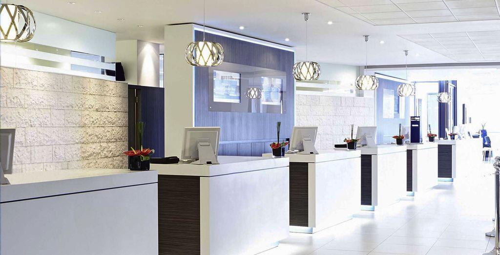 un hotel moderno e ricco di luce