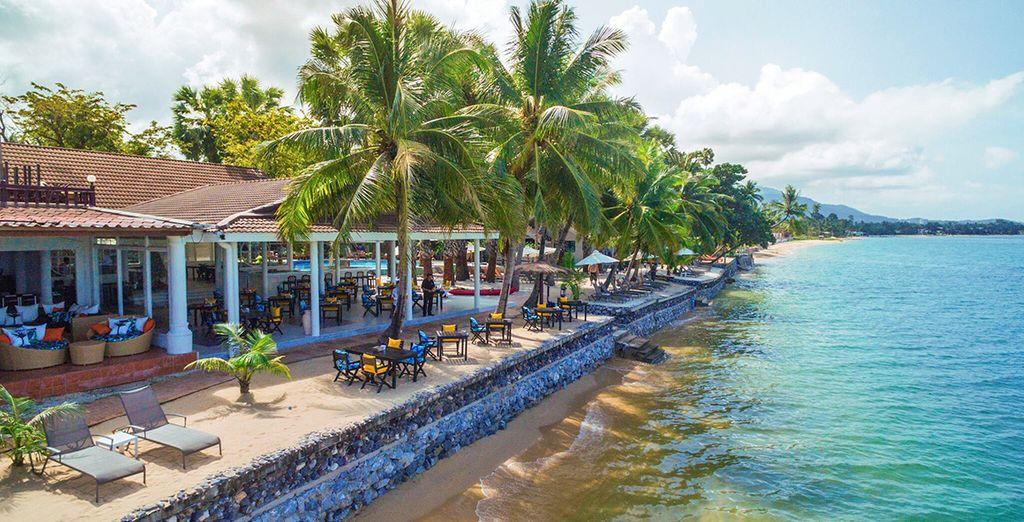 Situato direttamente sulla spiaggia di Maenam immerso in rigogliosi giardini tropicali