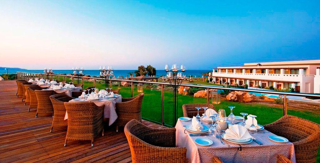 accomodatevi sulla terrazza del ristorante principale