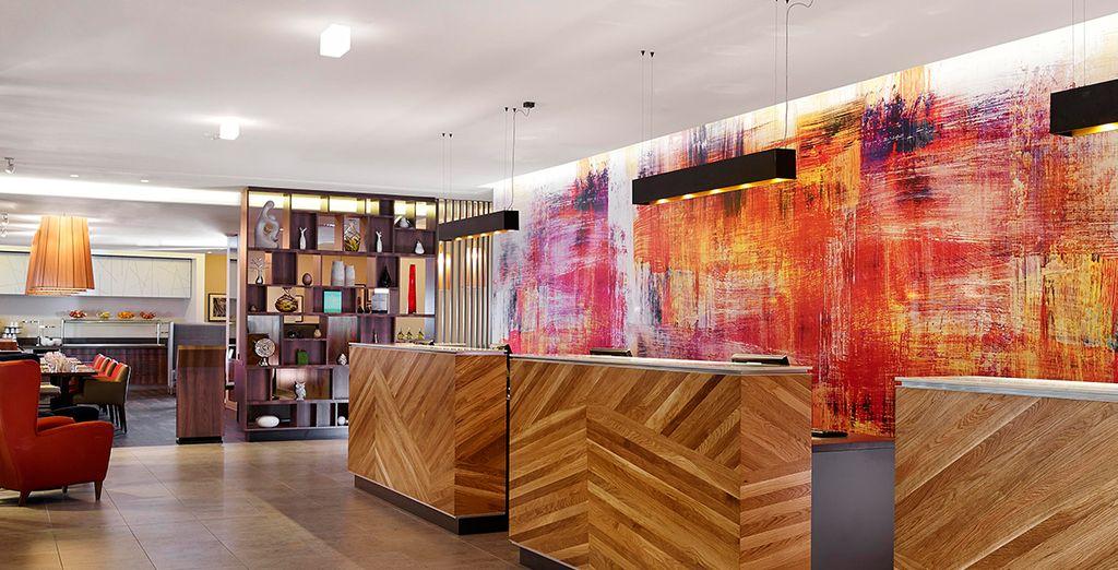 un hotel moderno dai colori vivaci