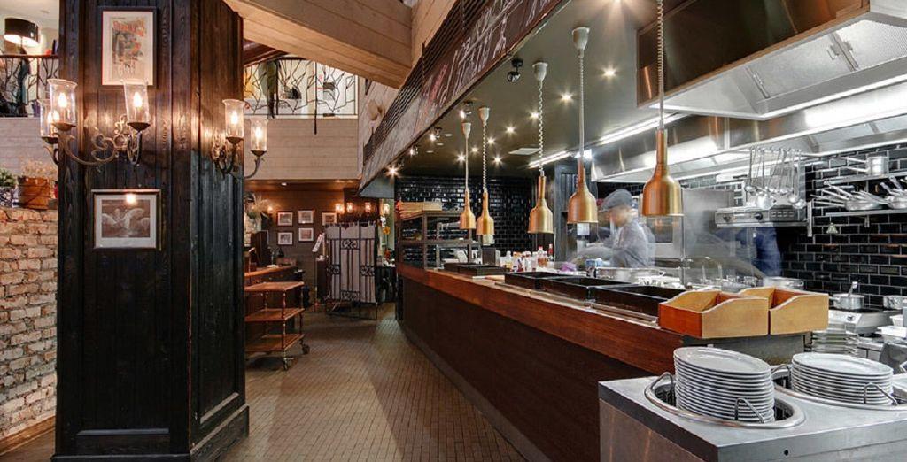 Assaggiate prelibatezze locali ed internazionali presso il ristorante Fransmanni e lo Sports' Bar 84
