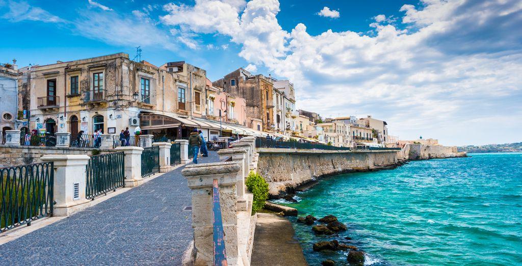Fotografia della città di Palermo e delle sue coste rocciose che si affacciano sul Mar Mediterraneo