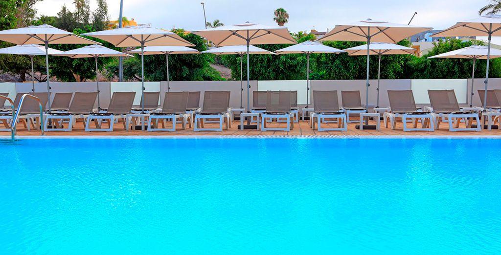 una nuotata rilassante sotto il sole delle Canarie
