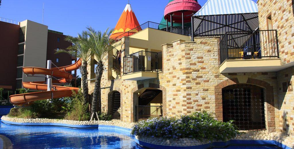 La struttura mette a disposizione dei più piccoli un Kids Club compreso di attività, giochi acquatici e mini dance