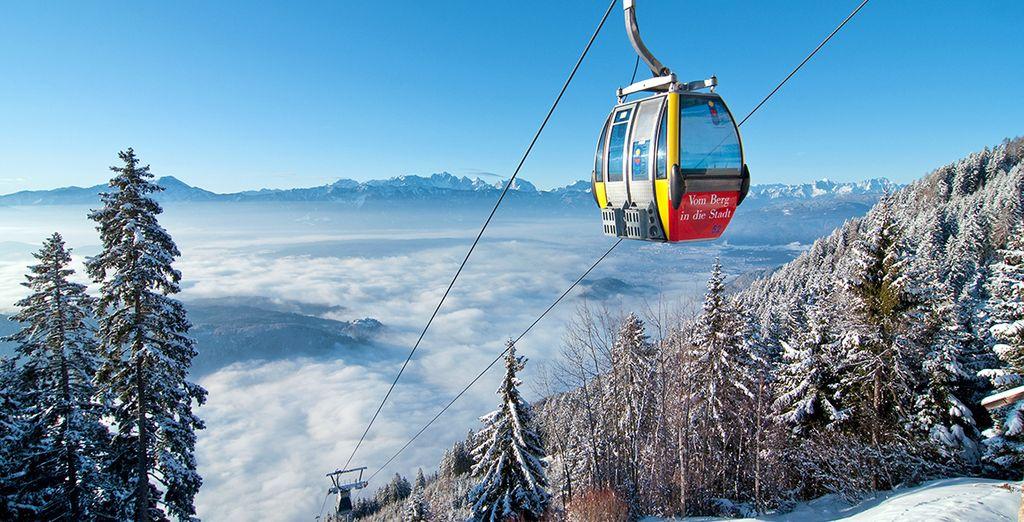 Vista dalle stazioni sciistiche sulle montagne innevate dell'Austria