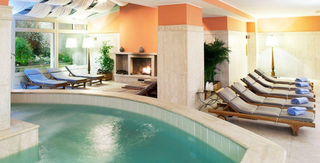 Concedendovi una nuotata rigenerante nella splendida piscina interna