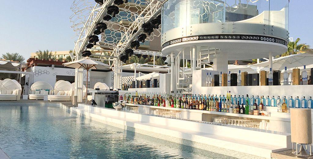 Geniet van een drankje bij de bar van het zwembad