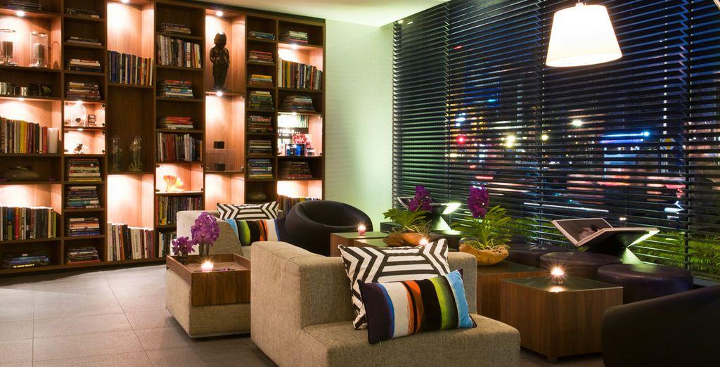 Neem plaats in deze comfortabele fauteuils in de lobby