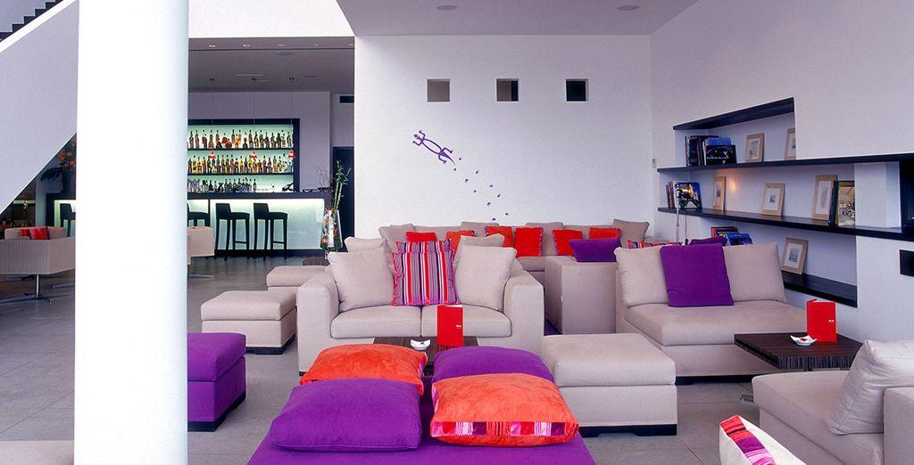In de moderne en gezellige Lounge Bar ontdekt u een kleurrijke wereld