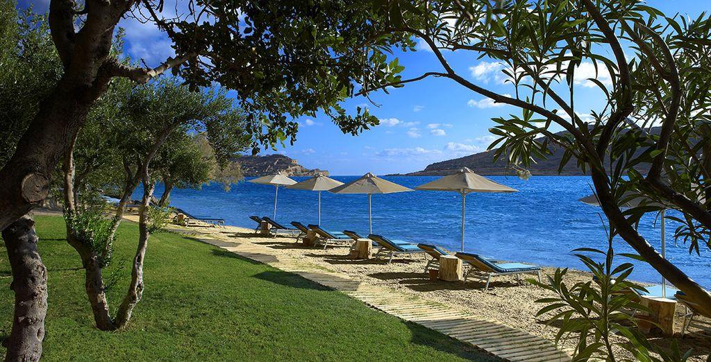 Op het strand van het hotel