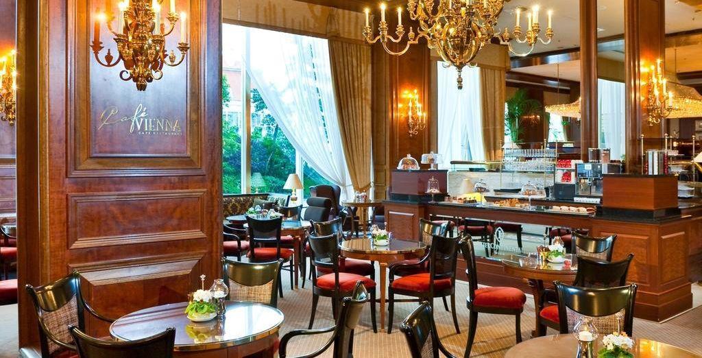En geniet van uw ontbijt in café Vienna