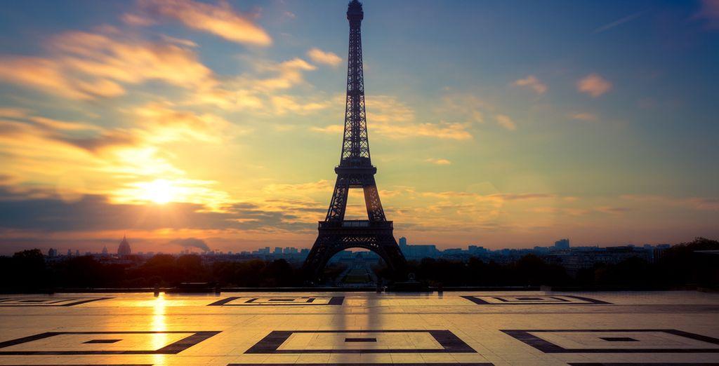 De avondzon bij de Eiffeltoren