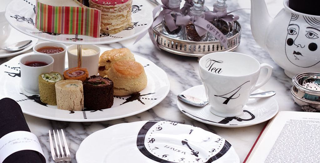 Geniet van uw thee op de manier van Alice in Wonderland