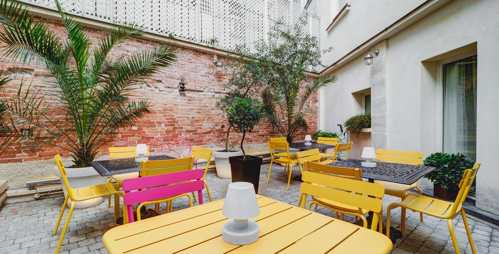 Bij mooi weer  kunt u buiten op het terras ontbijten